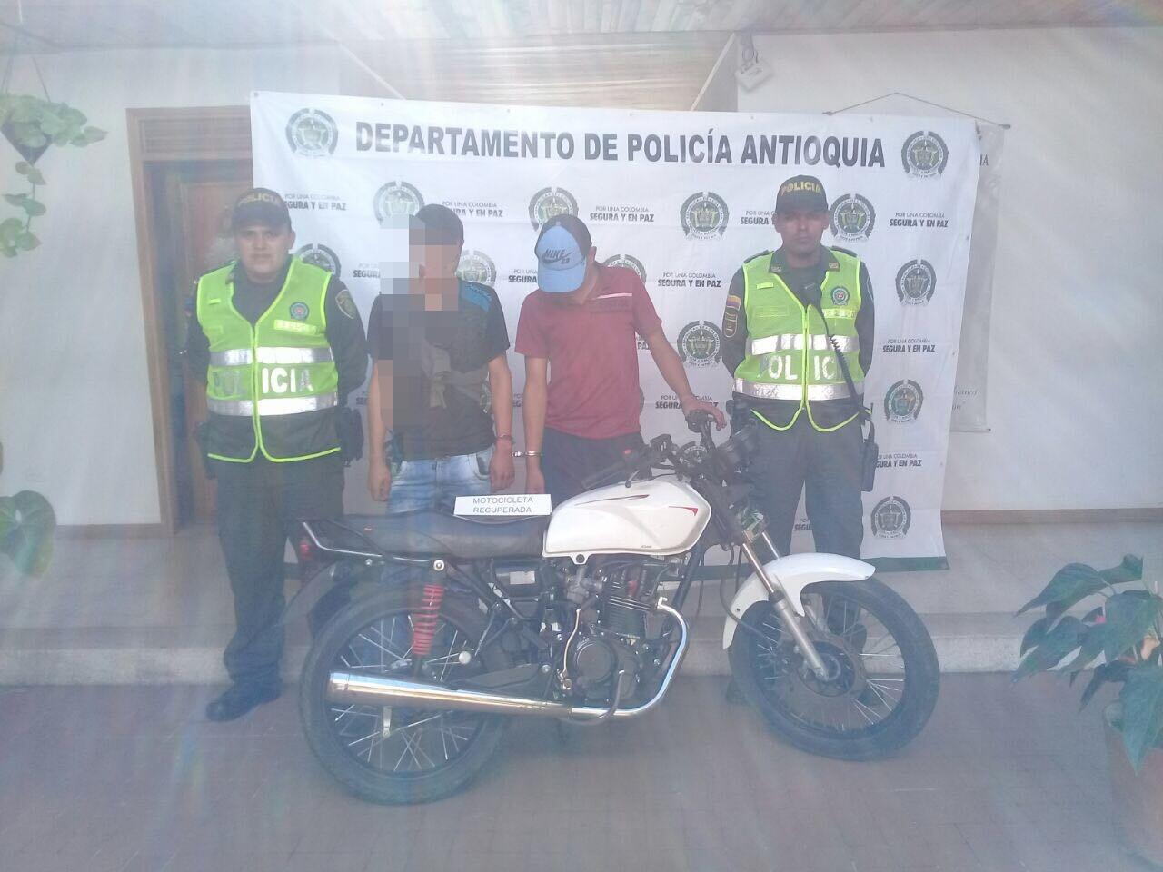 Dos capturados por movilizarse en una moto robada en la vereda El Capiro