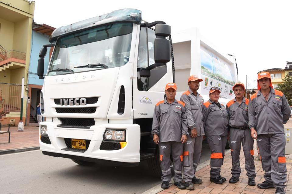 Gobernador entrega vehículos recolectores en Granada y El Carmen de Viboral