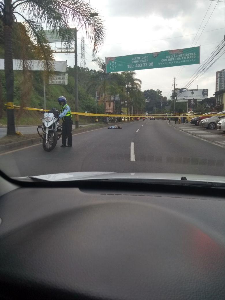Vía Las Palmas cerrada por doble homicidio