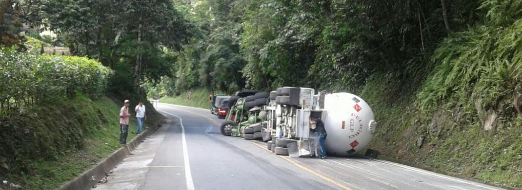 Por volcamiento de vehículo transportador de gas está cerrada la Autopista