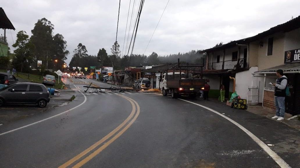 Vía Las Palmas colapsada por caída de postes