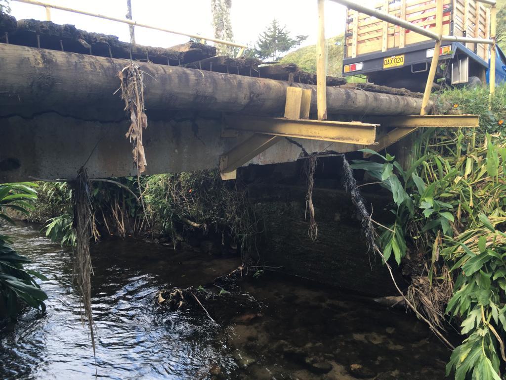 Por riesgo de caída prohíben la circulación por un puente en La Ceja