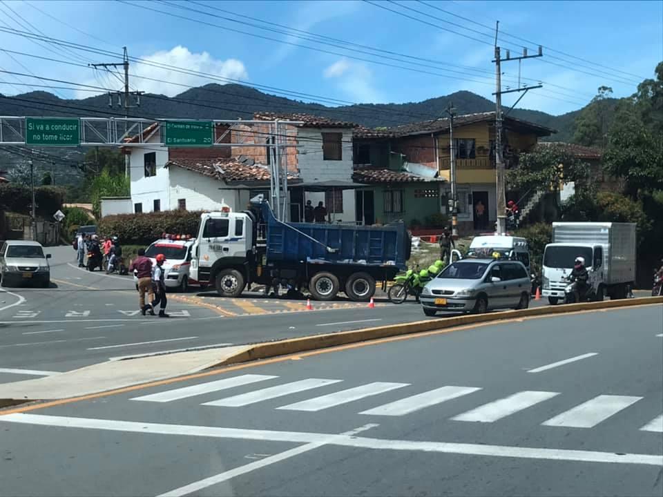 En accidente con volqueta, un ciclista pierde la vida en vía La Ceja