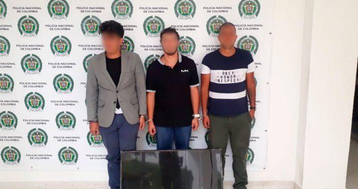 Tres hombres capturados por presunto hurto de un televisor y 700 mil pesos