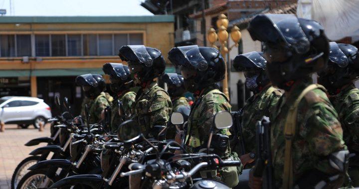 Con 5 motos y una camioneta fortalecen parque automotor del Ejército en El Carmen