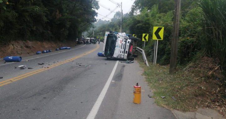 Cerrada vía La Ceja- Rionegro por grave accidente donde resultó implicado un vehículo de gas.