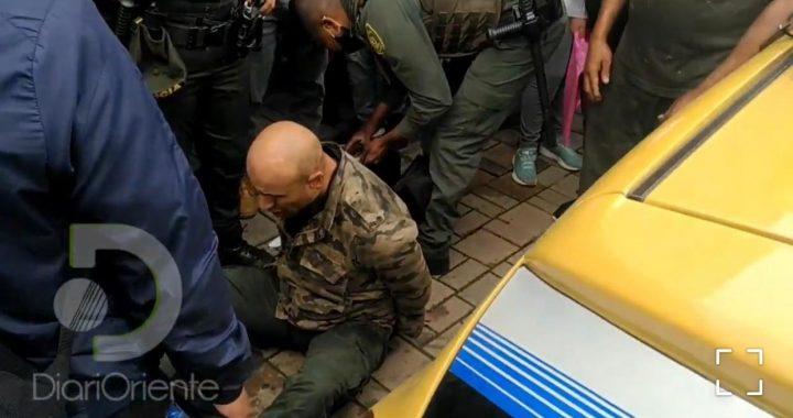 Presunto ladrón casi es linchado luego de robar en un apartamento de Rionegro e intentar huir en un taxi