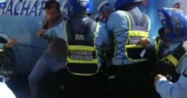 Procedimiento de rutina en Rionegro terminó en gresca entre uniformados del Tránsito y motociclista