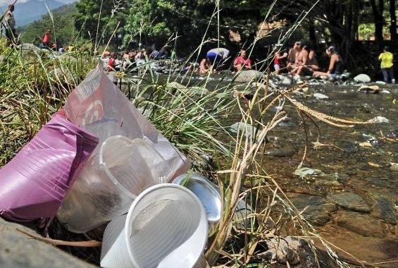 ¡Inconsciencia al límite! turistas dejaron basuras y desechos en un río del municipio de San Francisco