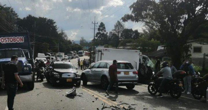 Congestión vehicular en la vía La Ceja-Rionegro por accidente de tránsito