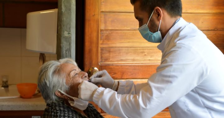 Prótesis dentales y lentes nuevos como regalo de Navidad para adultos mayores de El Retiro
