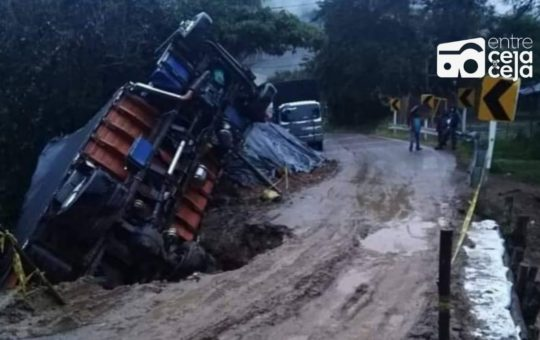 Camión que transportaba víveres se volcó en la vía La Unión – Sonsón.