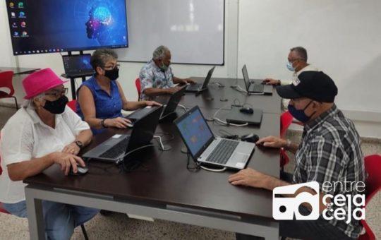 Adultos mayores de El Peñol, podrán aprender a usar computador.