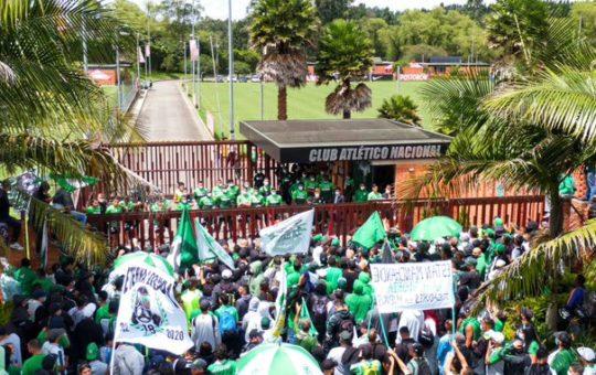 Hinchas de Nacional protestaron en la sede del equipo en Guarne