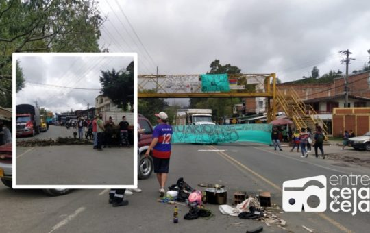 Cada dos horas, manifestantes en El Santuario permiten paso  de vehículos en autopista Med-Bog.