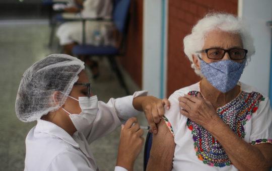 Mayores de 70 años que ya hayan recibido primera dosis de vacuna contra el Covid, deben comunicarse con las IPS.