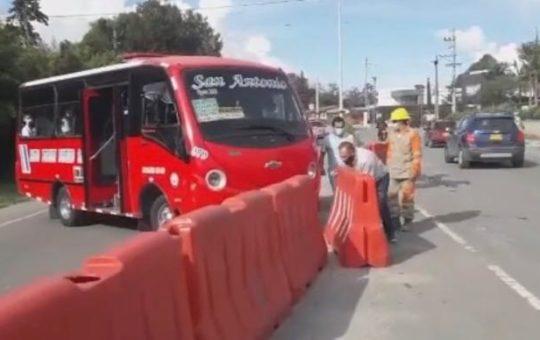 Un pasajero de un bus en Rionegro pretendía mover uno de los separadores para tomar el otro carril