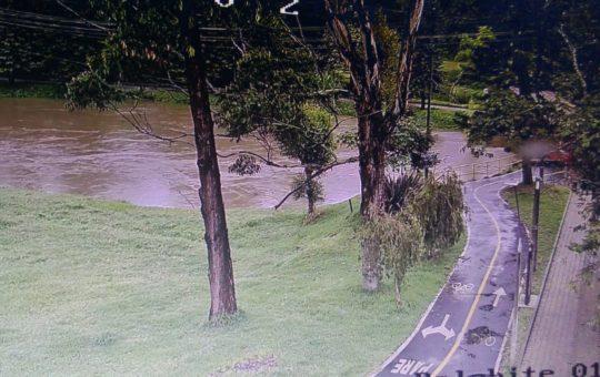 Río Negro se encuentra en un 90% de su capacidad, autoridades piden estar atentos al caudal.