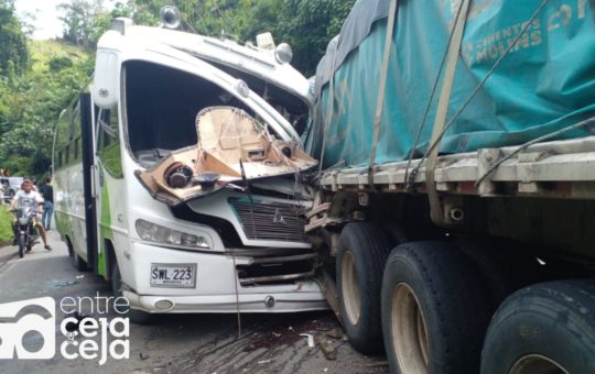 Un hueco fue el causante de aparatoso accidente en San Luis, 20 personas resultaron heridas.