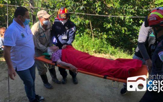 Abuelita de 80 años fue sacada de su vereda en camilla para ser vacunada.