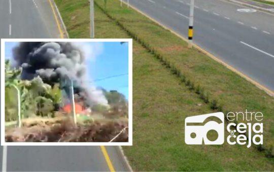 Bomberos de El Santuario y Marinilla atendieron incendio de un tráiler cerca a la autopista Med – Bog