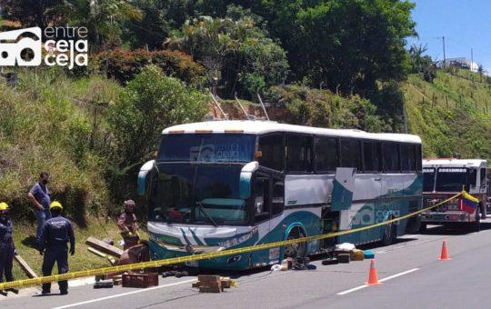 Conductor de bus falleció mientras intentaba cambiar una llanta; el vehículo le cayó encima.