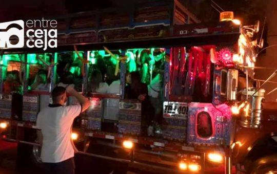«Chivas Rumberas» el dolor de cabeza de las autoridades; pasajeros irresponsables incluso orinan por las ventanillas.