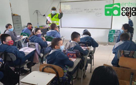 ¡Así debe ser! Policía de Guarne más cercana con los estudiantes de los colegios.