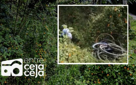 EEPP de La Ceja alerta por contaminación de quebrada a la que le lanzaron decenas de llantas.