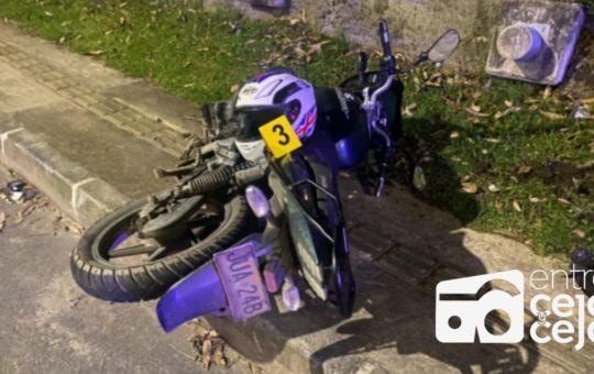 Buscan familia de motociclista que falleció  en la autopista