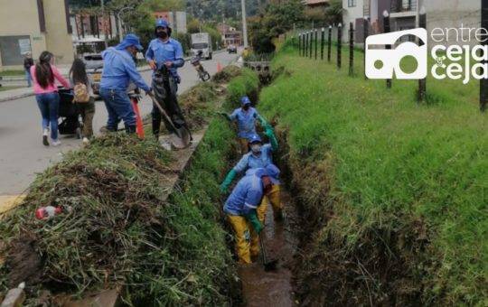 Empresas Públicas inició una nueva ronda de mantenimiento a caños y quebradas de La Ceja.