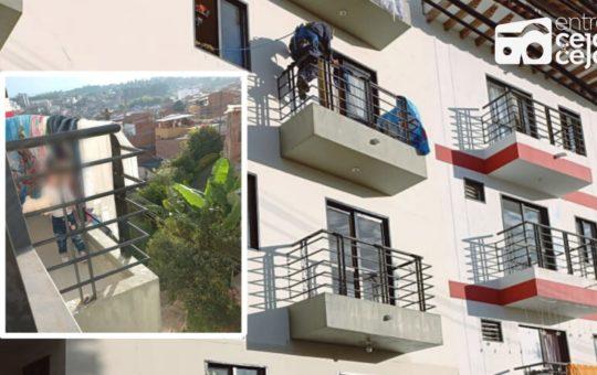 ¡Qué susto! Niña de 3 años quedó atrapada en el balcón de un quinto piso.